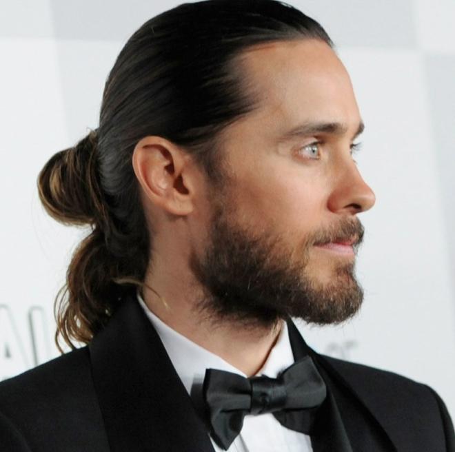 Топ-7 мужских причесок с хвостиком. Рекомендации по уходу за волосами и фото стильных образов || Мужские прически на длинные волосы с хвостом